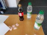 Colaflaschen auf Tisch
