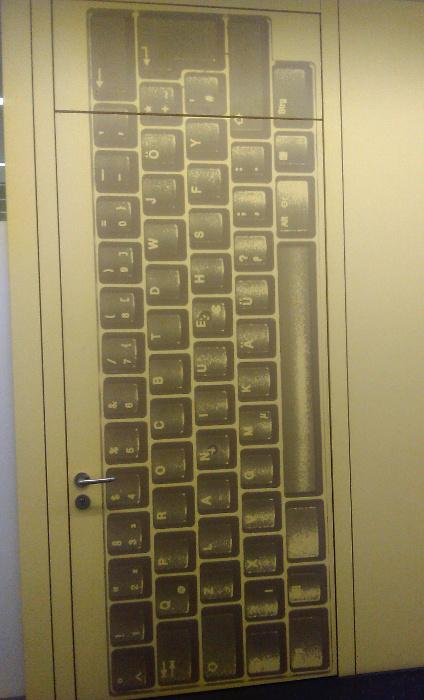 Tür mit Tastaturlayout als Dekoration
