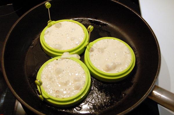 Crumpets in Pfanne, flüssig