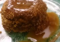 Eine Portion Sticky Toffee Pudding