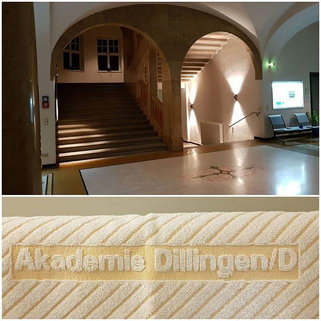 Collage aus Handtuch mit Aufschrift und Gewölbe-Treppenhaus