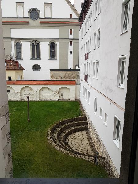 Ausblick auf Innenhof mit Gras