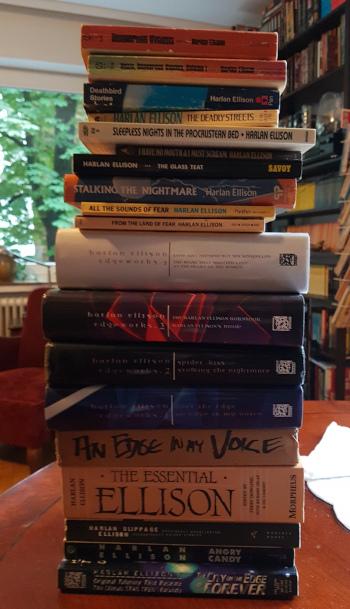 Stapel mit Büchern von Harlan Ellison