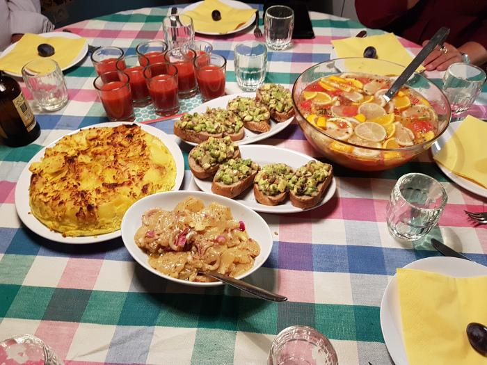 gedeckter Tisch mit kleinen Speisen