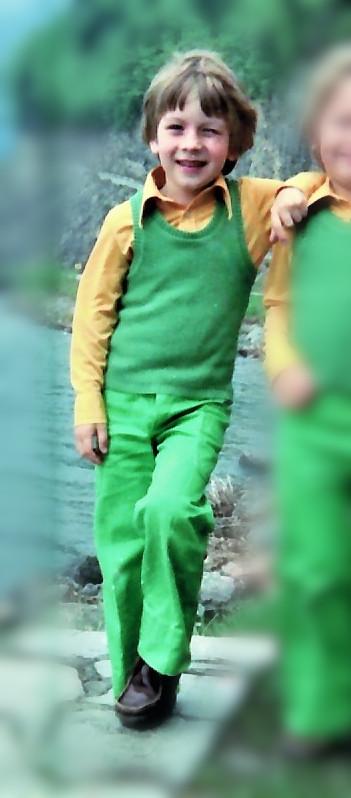 Kinder in grün und gelb