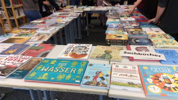 Tisch mit Büchern darauf ausgebreitet