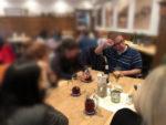 Herr Rau in Wirtschaft am Tisch mit Faust an Stirn