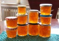 Gläser mit Orangenmarmelade