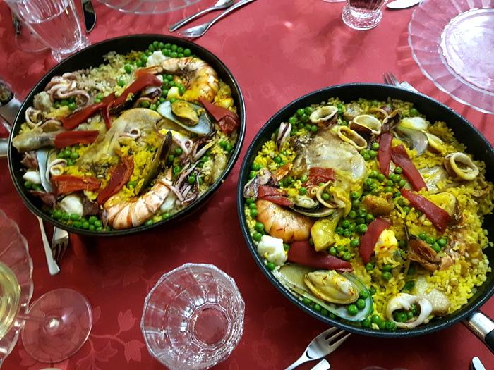 Zwei Pfannen mit fertiger Paella
