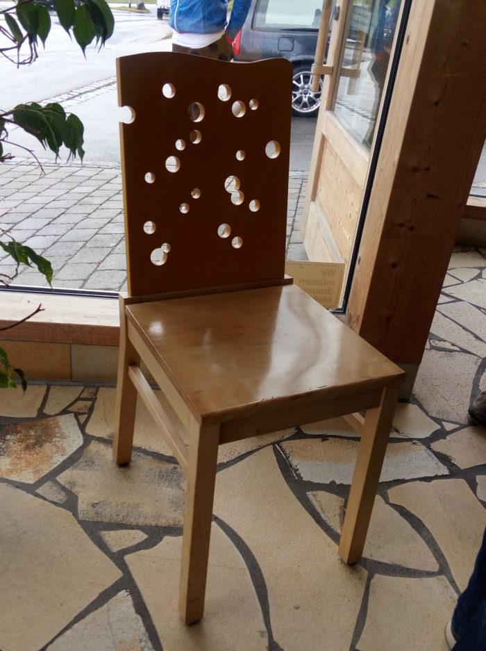 Stuhl im Käselöcherdesign