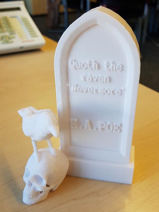 Grabstein aus 3D-Drucker mit Poe-Zitat