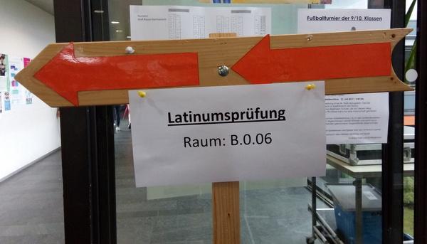 Hinweisschild Latinumsprüfung