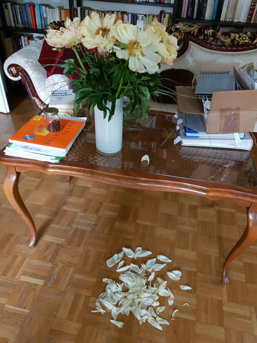 Tischen mit Blumen und abgefallenen Blütenblättern