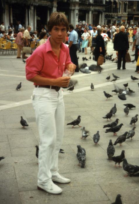 vogelfütternd, weiße Hose, rosa Hemd
